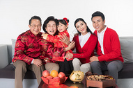 春节全家人客厅团聚图片
