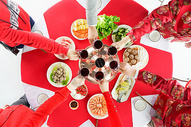 餐桌上家人干杯庆祝图片