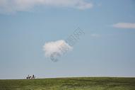 喀拉俊草原上骑马的人图片