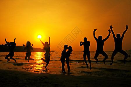 夕阳下的人群图片