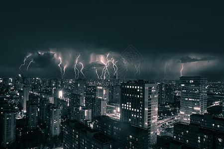 闪电下的城市夜景图片