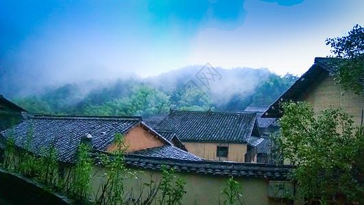 云雾环绕的小山村图片