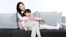 妈妈和女儿一起坐在沙发上图片