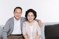 坐在沙发上幸福的老年夫妻图片