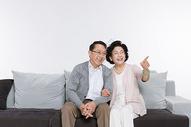 幸福的老年夫妻在看电影图片