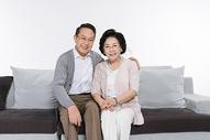 在沙发上幸福的老年夫妻图片