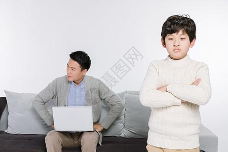父亲和儿子闹别扭图片