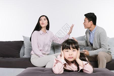 夫妻吵架孩子难过图片