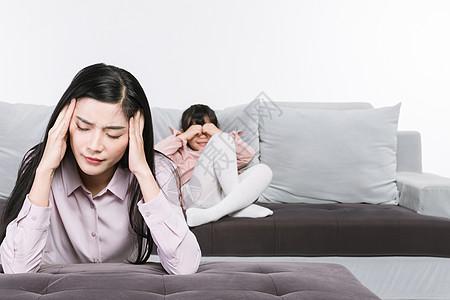女儿哭泣母亲头痛图片