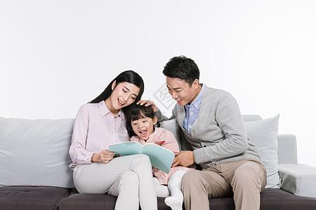 爸爸妈妈陪伴女儿画画图片
