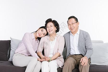 女儿与父母陪伴图片