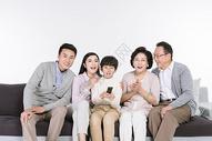 一家人在看电视图片
