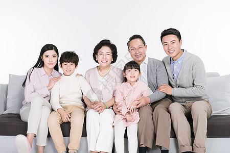 一家人幸福依偎在一起图片