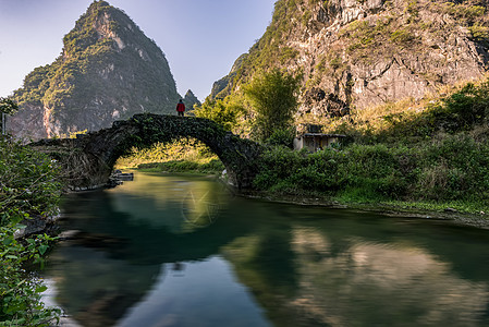 古桥行人图片