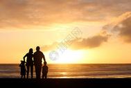 夕阳下家庭剪影图片