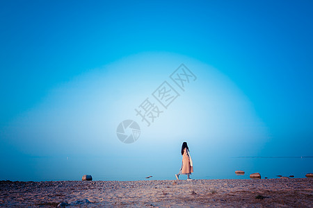 冬季海边女孩图片