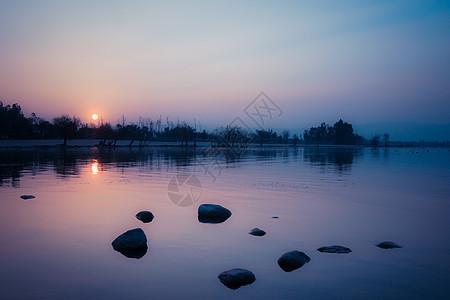冬季湖面落日图片