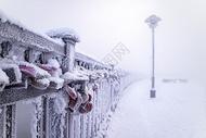 冬天雪中的爱情同心锁图片