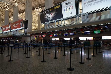 机场排队的人们图片