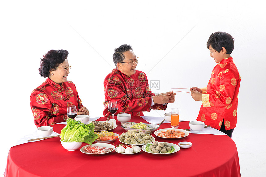 春节爷爷奶奶给孙子发红包图片