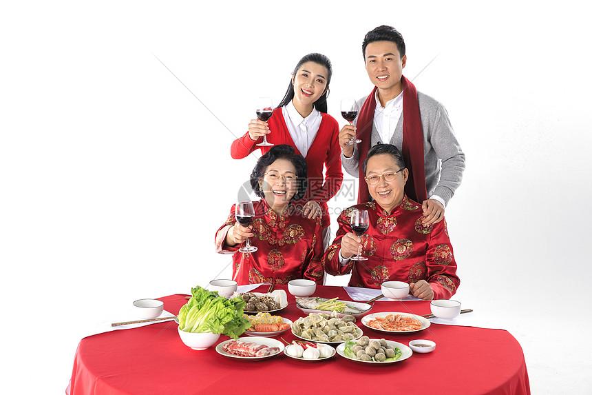 新年一家人在一起团圆聚餐图片