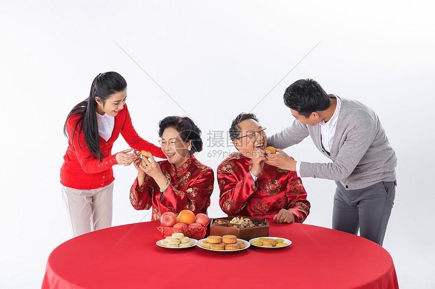 中秋节一家人一起过节吃月饼图片