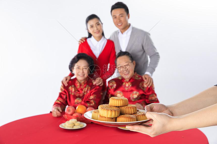 端午节一家人一起过节吃粽子图片