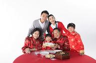 春节里大家一起吃元宵图片