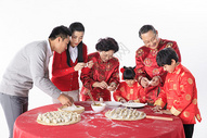新年一家人包饺子图片