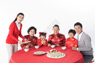 年夜饭幸福一家吃饺子图片