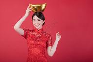 新春拿金元宝的美女图片