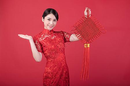 春节手拿中国结的美女图片