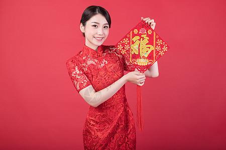 手拿福字中国结的美女图片
