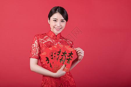 新春手拿红包的美女图片