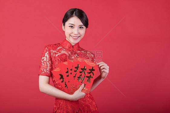 新春手拿美女的红包故事被绑架美女的封嘴图片