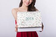 新年手拿2018日历的美女特写图片