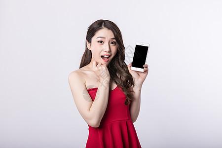 新年手拿手机的可爱美女图片