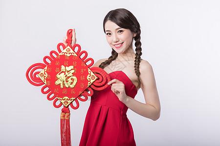 新春手拿福字中国结的女孩图片