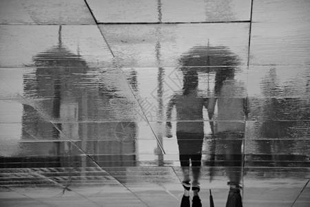 雨中倒影图片