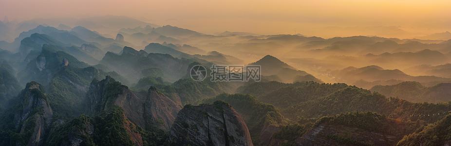 日出连绵山脉全景图片