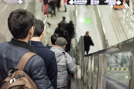 坐地铁的上班族背影图片