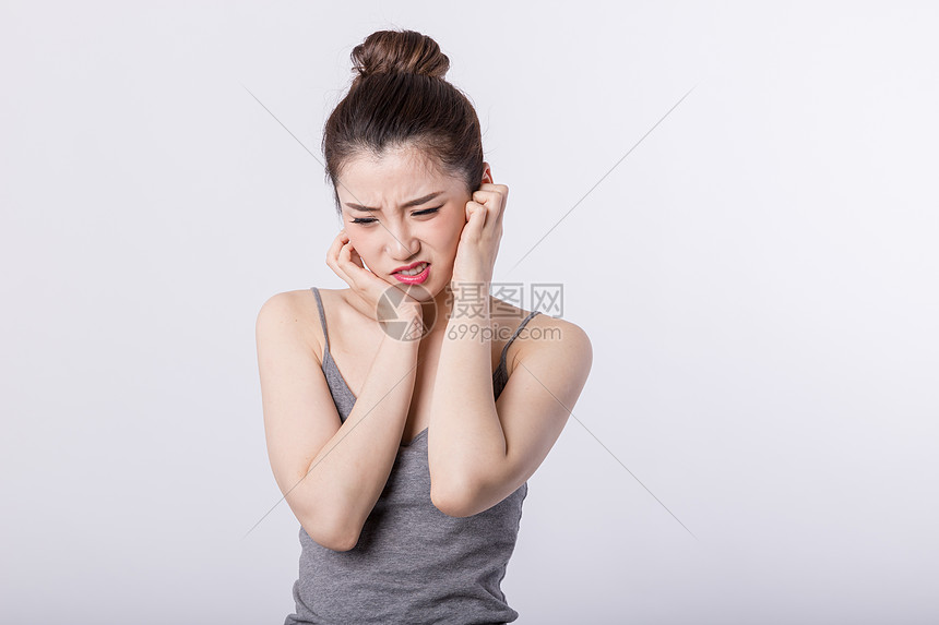 牙疼的女孩图片