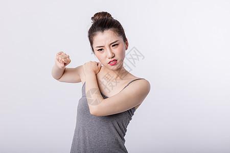 肩膀疼的女孩图片