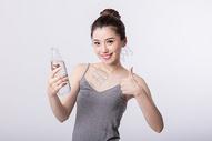 女孩开心的喝水举大拇指图片