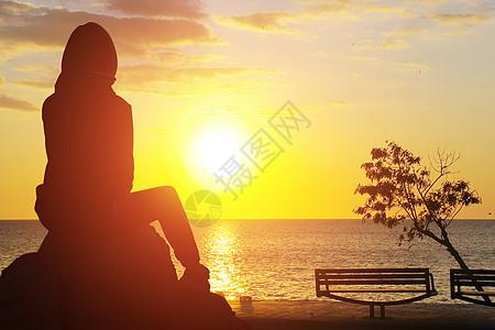 夕阳下的女孩图片