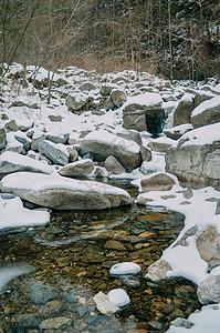 下雪天的山涧小溪图片