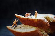美食面包微距人偶创意图片