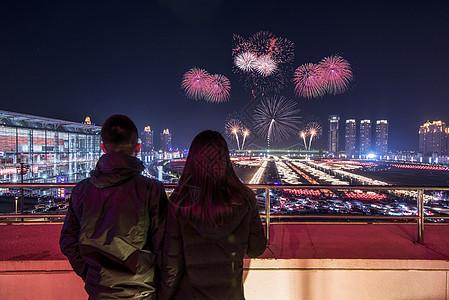 情侣和烟花城市夜景图片