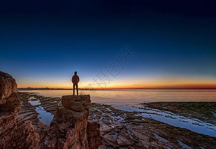 海边日落天际线孤独人影图片