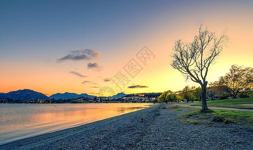 新西兰日出时分的湖光山色图片